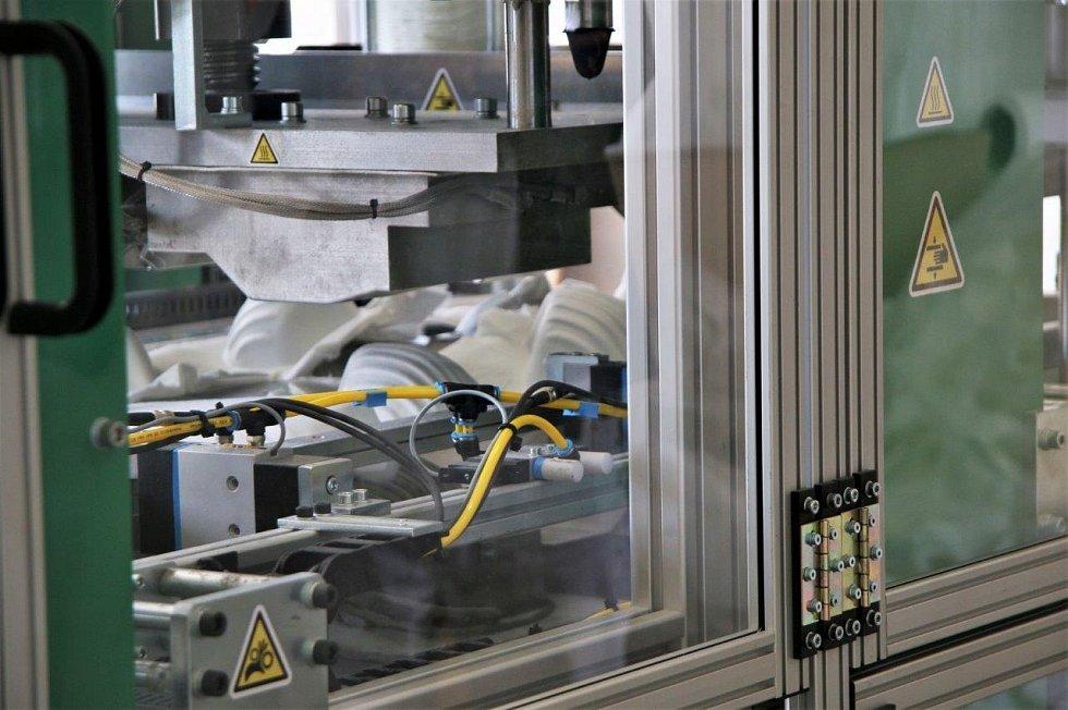 I když se firma prioritně zaměřuje na poptávku po nanovlákenném respirátoru vČesku, navázala rovněž spolupráci se zahraničními partnery a zhruba 30 procent jejích produktů putuje za hranice.