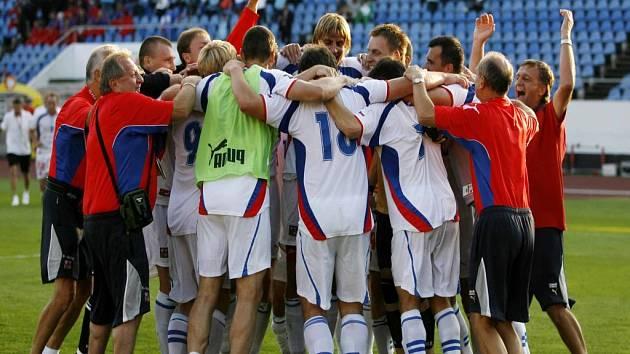 Český tým se raduje z vítězství.