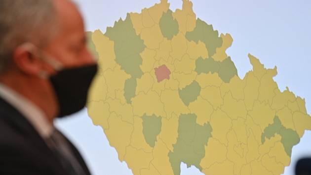 Ministr zdravotnictví Roman Prymula (za ANO) vystoupil 25. září 2020 v Praze na briefingu k vývoji epidemie covidu-19. V pozadí je mapa hodnotící regiony podle rizika nákazy