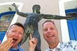 Registrovaný manželský pár Robert Zauer (40 let) a Tomáš Kavalec (38 let) z Teplic, selfíčka z cestování po světě. V Řecku.