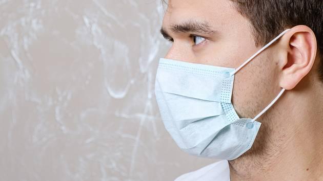 Kvůli koronaviru se po rouškách a respirátorech v lékárnách jen zaprášilo.