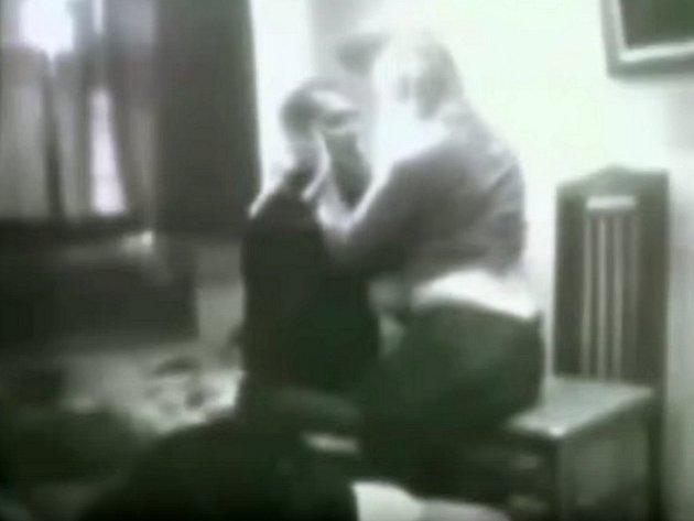 Skrytá kamera zaznamenala průběh návštěvy aktivistky v cele ruského mafiána.