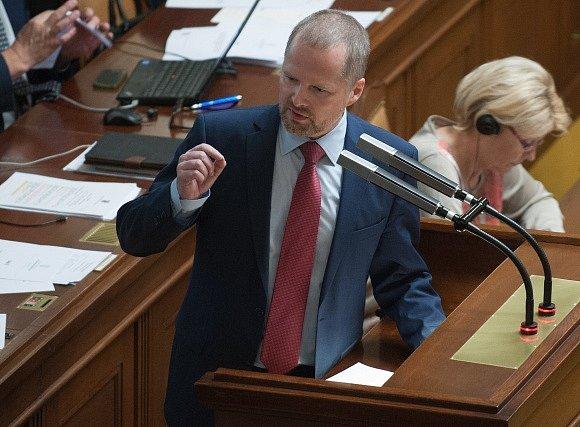 Sněmovna si vesměs koaliční většinou odhlasovala, že rozhodne o programu mimořádné schůze ke schvalování elektronické evidence tržeb dnes v 11:00. Pravicová opozice označila postup koalice za protiústavní.