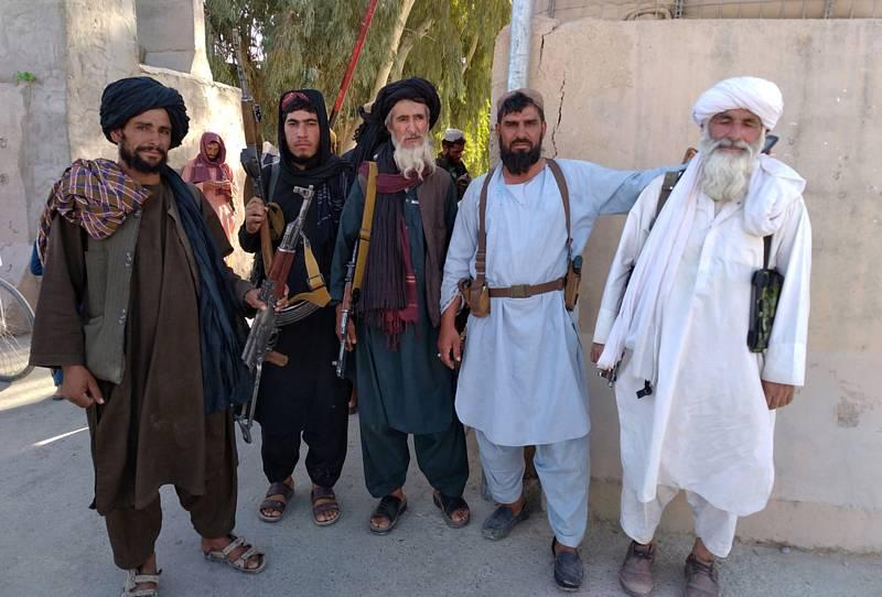 Bojovníci Tálibánu ve městě Faráh 10. srpna 2021