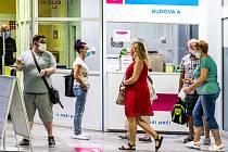 Lidé s rouškami v ústecké poliklinice