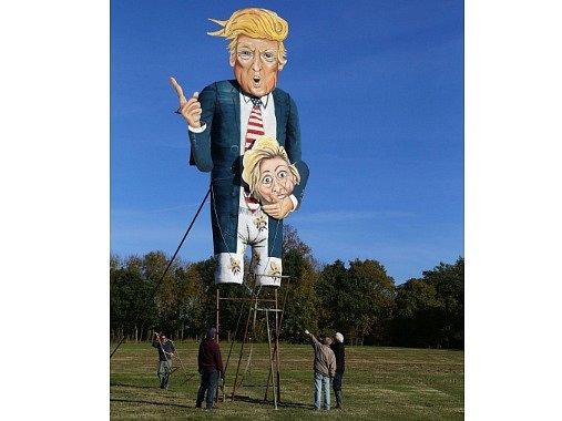 Figurína Donalda Trumpa určená ke spálení na tradiční ohňové oslavě.