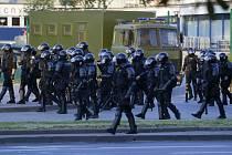 Policisté v Minsku během vytlačování lidí z náměstí během demonstrace po volbách, 10. srpna 2020