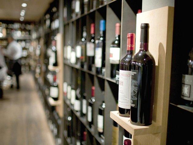 """Víno jako """"dárek"""" začaly opět ve větším nakupovat firmy, běžný zákazník je ale citlivý na cenu, proto domácí vína, která pokryjí maximálně 40 procent spotřeby, stále čelí tlaku dovozových lahví."""