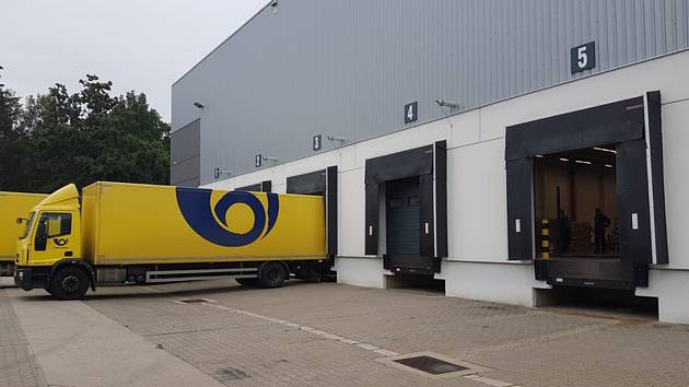 Kamiony České pošty 10. září 2020 v policejním skladu v Opočínku u Pardubic nakládají ochranné pomůcky pro seniory.