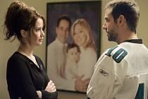 TERAPIE LÁSKOU. První setkání Tiffany a Pata u sousedů (Jennifer Lawrence a Bradley Cooper).