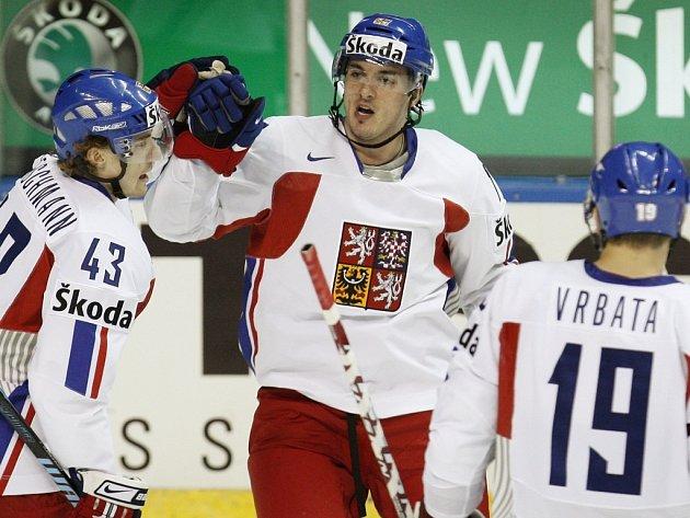 Aleš Kotalík (uprostřed) přijímá gratulace po vstřeleném gólu.