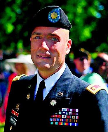 Martyn Y. Crighton, důstojník pro styk sveřejností velitelského útvaru 4.pěší divize americké armády.