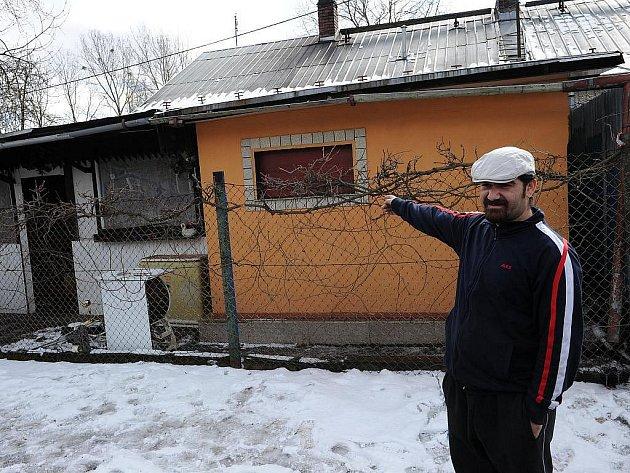 Ostravští policisté pátrají po žháři, který v závěru minulého týdne vhodil zápalnou láhev do domu romské rodiny v osadě Bedřiška v Ostravě-Hulvákách. Nikdo naštěstí nebyl zraněn, škody jsou minimální.