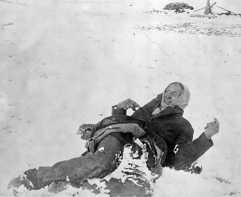 Mrtvé tělo náčelníka Velké nohy, zastřeleného při masakru u Wounded Knee