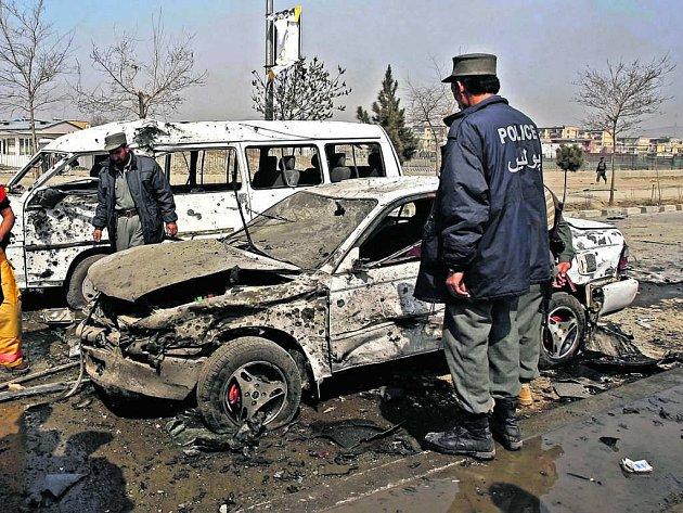 Afghánský policista zkoumá místo pumového útoku.