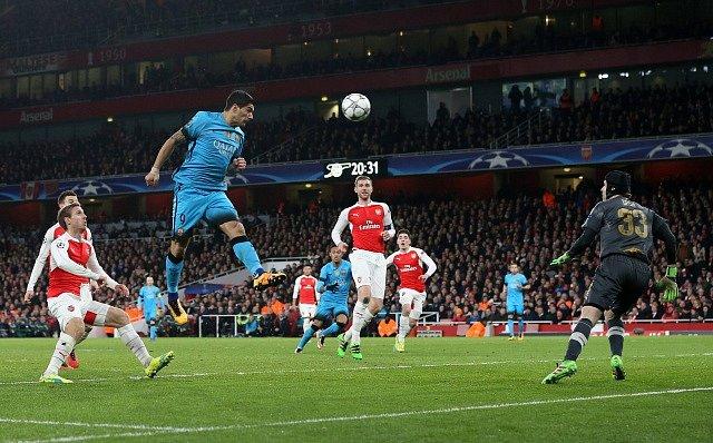 Arsenal - Barcelona: Luis Suárez v šanci proti brankáři Petru Čechovi