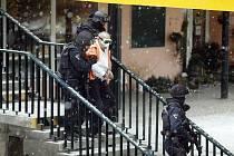 V dopoledních hodinách byla přepadena Komerční banka na Novodvorské ulici. Případ přijela vyřešit URNA a zásahová jednotka Policie ČR. Na snímku Policie ČR vyvádí pachatele z banky.
