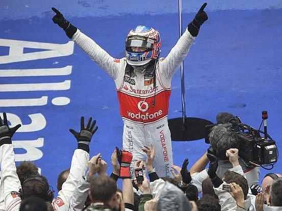 Jenson Button se raduje z triumfu na Velké ceně Číny.