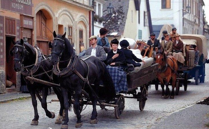 VELKÉ STĚHOVÁNÍ. Hedvika Valentová (Jana Štěpánková) přijíždí s rozvětvenou rodinou z venkova do pražského Podolí.