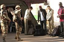 Francouzští vojáci navigují cizince, kteří houfně opouštějí Čad.