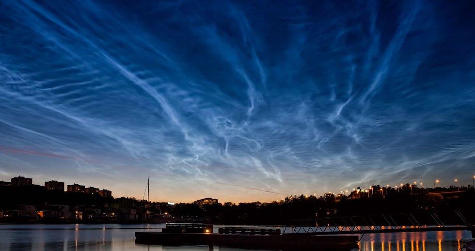 Oblak je známý také jako polární mezosférický mrak nebo nocticulent
