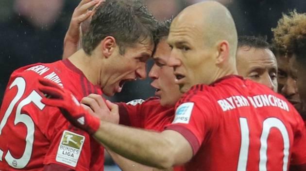 Fotbalisté Bayernu Mnichov Thomas Müller (vlevo) a Arjen Robben se radují z gólu.
