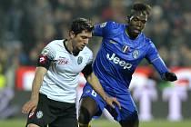 Constantin Nica z Ceseny (vlevo) a Paul Pogba z Juventusu.