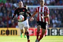 Wayne Rooney z Manchesteru United (vlevo) a Oriol Romeu ze Southamptonu.