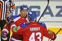 Hokejisté Lva Praha Marcel Hossa (vlevo) a Tomáš Surový se radují z gólu proti Atlantu.
