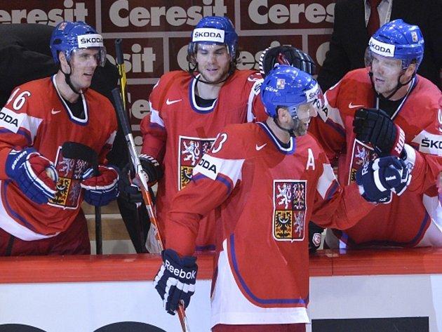 Čeští hokejisté (zleva) David Krejčí, Michael Frolík, Petr Nedvěd a Milan Michálek se radují z gólu proti Lotyšsku.