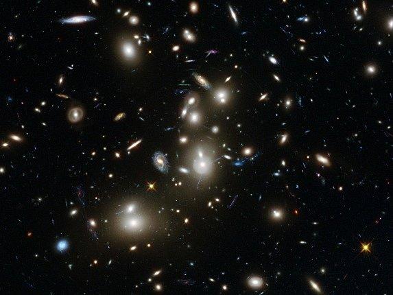 Hubbleův teleskop objevil téměř 3000 většinou relativně malých galaxií.