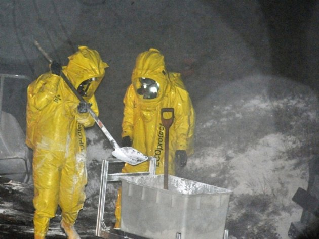 Na 177. kilometru D1 nedaleko Říčan na Brněnsku havaroval převážející kyselinu chlorovodíkovou. Ze čtyř poškozených barelů uniklo 3500 z celkem 19.000 litrů přepravované nebezpečné chemikálie.