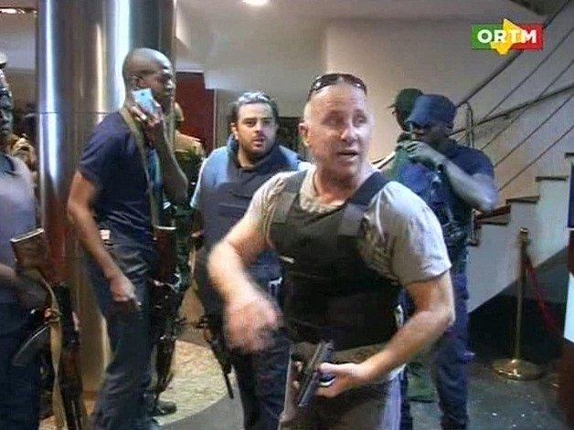 Zásahová jednotka během záchranné akce uvnitř hotelu.