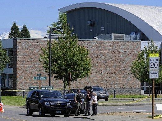 Policejní vyšetřování na místě střelby na Reynoldsově univerzitě v Oregonu.
