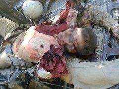 Jeden z katapultovaných členů posádky byl zraněn palbou při seskoku padákem a na zemi ho islamisté brutálně zabili.