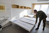 Novináři si mohli 27. března prohlédnout vojenskou ubytovnu Dědina v objektu kasáren v pražské Ruzyni, kde budou ubytováni vojáci konvoje americké armády, který bude projíždět přes území ČR.