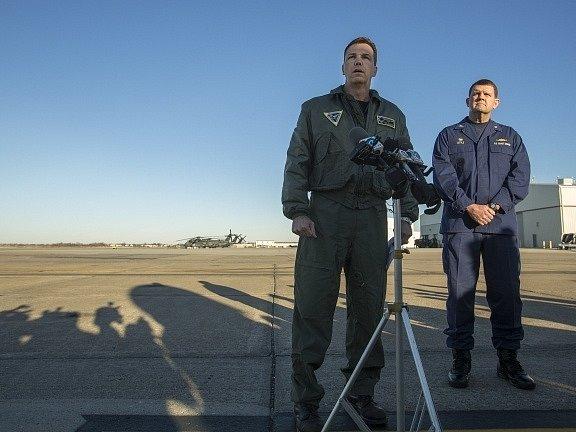 Důstojníci amerického letectva odpovídají novinářům v souvislosti s nehodou vrtulníku MH-53E Sea Dragon.