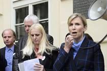 Ministryně Valachová promlouvá ke studentům Univerzity Jana Amose Komenského, kteří protestovali 26. září před budovou ministerstva v Praze.