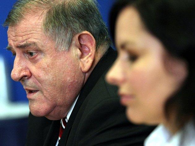 Předseda slovenské mimoparlamentní strany LS-HZDS Vladimír Mečiar a mluvčí Soňa Jantoľáková na tiskové konferenci.