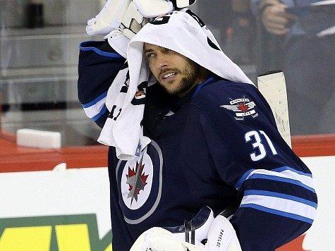 Brankář Ondřej Pavelec v dresu Winnipeg Jets.