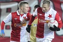 Fotbalisté Slavie Stanislav Vlček (vpravo) a Jakub Hora po vyrovnávacím gólu proti Brnu.