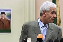 Libyjský ministr zahraničí Músá Kúsa ve středu rezignoval na svou funkci a uprchl do Británie. Oznámilo to britské ministerstvo zahraničí, jehož pracovníci jsou nyní s Kúsou v kontaktu.