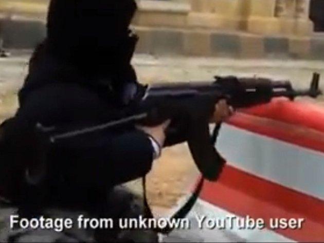 Syrští rebelové cvičí již čtyřleté snajpry.