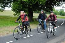 Cyklisté projíždějí po nově otevřeném úseku cyklostezky mezi Poličnou a Brankami na Valašskomeziříčsku