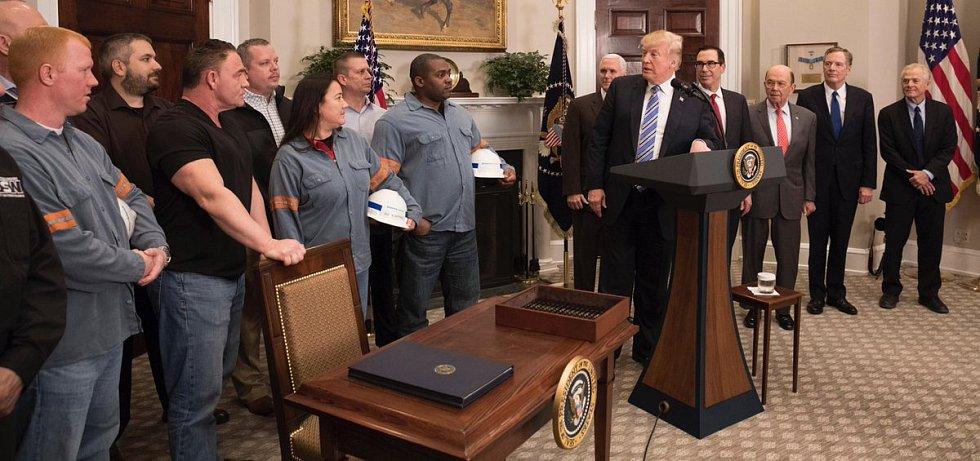Donald Trump při podpisu nařízení o clech na dovoz hliníku a oceli. Z podpisu udělal ceremoniál.