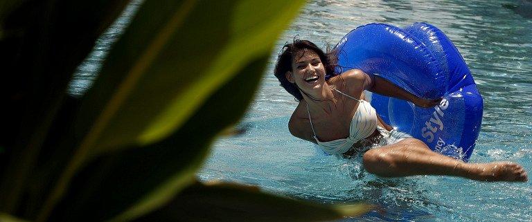 Lucie Smatanová užívá horkého slaného bazénu u hotelu a volných chvil, které má  mezi focením má v Dubaji.