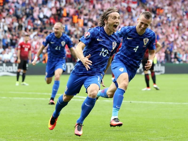 Luka Modrič z Chorvatska se raduje z gólu proti Turecku.