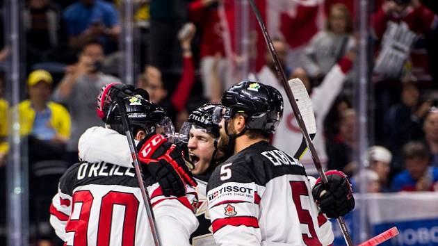 Hokejisté Kanady se radují z gólu proti Rusku.