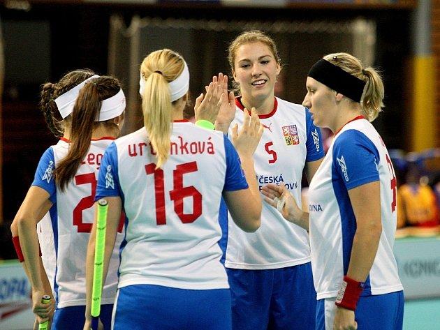 České florbalistky se radují z gólu proti Lotyšsku.