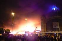Průmyslový palác na pražském Výstavišti zachvátil po devatenácté hodině mohutný požár. Z levého křídla zbyly pouze obvodové zdi, žádný z návštěvníků nebyl naštěstí zraněn.